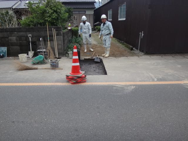 下水道本管を掘り出しそれに取付管および汚水桝を設置