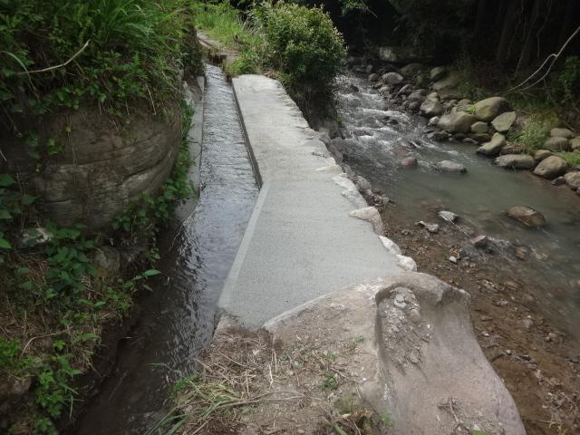 豪雨で崩壊した石積