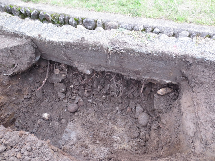 水田の堰の修理