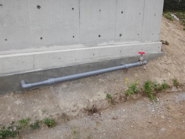 水が抜けるようにバルブも設置